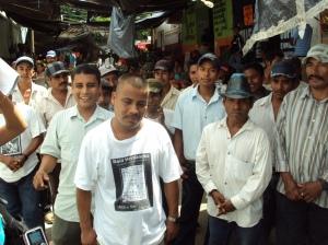 Raúl afuera del penal con sus compañeros quienes los recibieron con porras y aplauzos